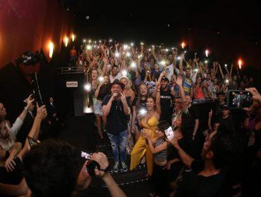 """De férias em Santa Catarina, Paulo Gustavo invade cinema para comemorar recorde de """"Minha Mãe É Uma Peça 3"""""""