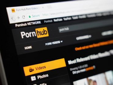 Deficiente auditivo processa o maior site pornô do mundo, que não disponibiliza legendas para surdos em seus vídeos