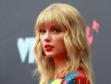 Fãs de Taylor Swift se aglomeram em première do doc que a cantora vai lançar mas não veem nem sinal dela