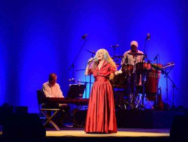 Em show, Maria Bethânia elogia novo Centro de Convenções de Salvador
