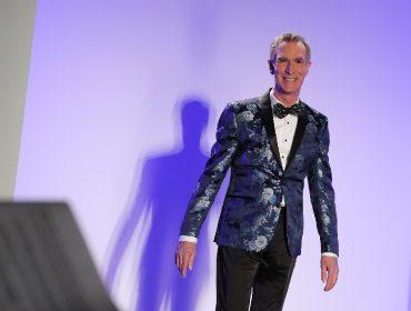 """Bill Nye, o cientista maluco do programa """"Eureka"""", ressurge em desfile da NYFW"""