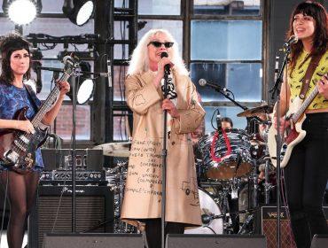 Ícone feminino do rock'n roll rouba a cena ao invadir a passarela na semana de moda de Nova York