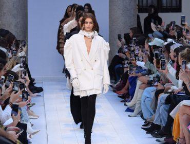 'Corona kiss' é a nova tendência entre os fashionistas na semana de moda de Paris, que teve ainda duas baixas importantes