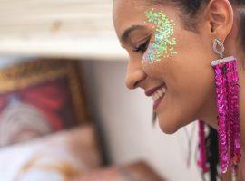 Glitter, pigmentos, sol, poluição… e a pele é que sofre no Carnaval! Como evitar? A gente conta aqui