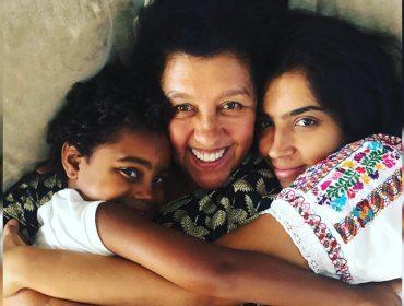 """Regina Casé fala sobre a rotina entre gravação e o tempo com os filhos: """"Sou uma ótima mãe. Encho a boca para dizer isso"""""""