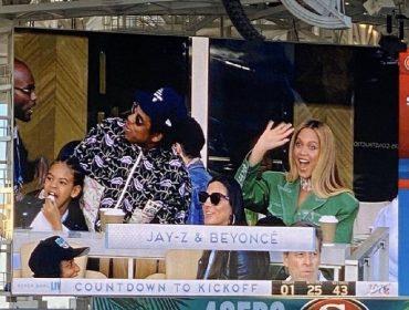 Beyoncé e Jay-Z são criticados por permanecerem sentados durante a execução do hino americano no Super Bowl