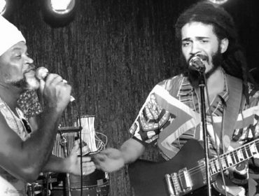 """""""Ele é minha referência de pluralidade"""", Chico Brown fala sobre parceria com o pai, Carlinhos Brown"""