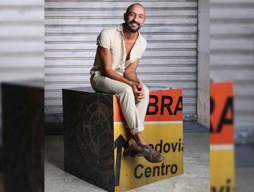 """Irandhir Santos estreia novo filme e revela como é interpretar o vilão Álvaro, de 'Amor de Mãe': """"Ele tem uma carga emocional que pesa no final do dia"""""""