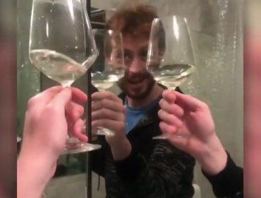 Italiano que fez vídeo brindando consigo mesmo vira celebridade das redes. Saiba quem ele é!
