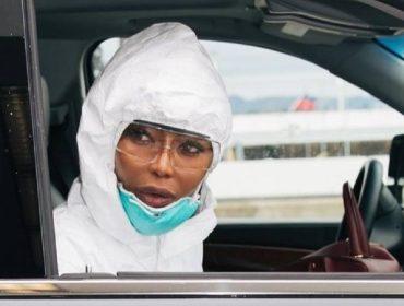 "Naomi Campbell explica que Linda Evangelista foi sua stylist para compor o look ""anticoronavírus"""