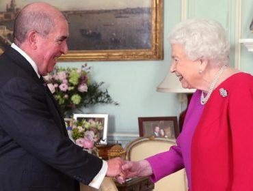 "Elizabeth II ""desafia"" Coronavírus e distribui apertos de mão no Palácio de Buckingham"
