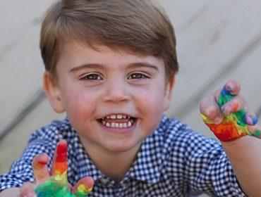 Príncipe Louis completa dois aninhos e dá show de fofura em ensaio clicado pela mamãe Kate Middleton