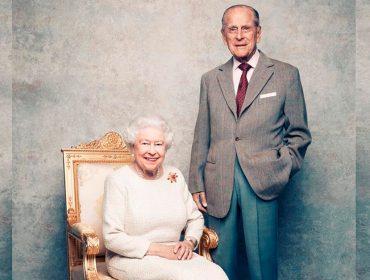 Rainha Elizabeth e Príncipe Philip estão isolados junto com uma 'entourage' de 22 funcionários