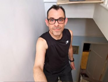 Conheça o britânico de 53 anos que 'escalou o Everest' dentro de casa durante a quarentena. Entenda!