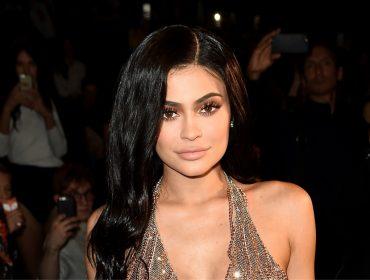 Kylie Jenner radicaliza no isolamento e arranca cabelos, unhas e cílios… Entenda o que está acontecendo!