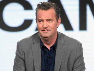 """Matthew Perry, o eterno Chandler Bing de """"Friends"""", é o novo 'cozinheiro pelado' da quarentena. Vem saber!"""