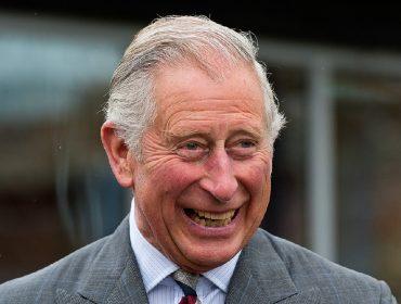 Príncipe Charles revela que seu maior prazer na quarentena é assistir vídeos engraçados
