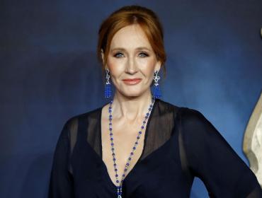 J.K. Rowling oferece um ano de salário a funcionário que usou Twitter do governo britânico para chamar Boris Johnson de 'arrogante e ofensivo'