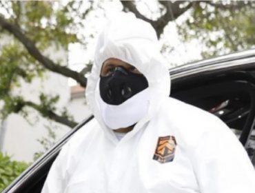 DJ Khaled vai ao dentista a bordo de traje de proteção completo idêntico ao de Naomi Campbell