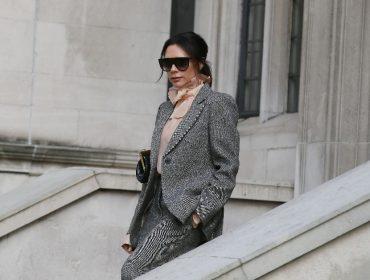 """Victoria Beckham revela porque só usava vestidos justíssimos no passado: """"Era insegurança"""""""