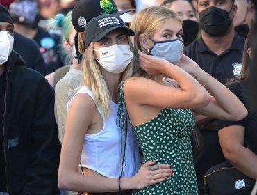 Cara Delevingne e Kaia Gerber são flagradas no maior chamego durante protesto em L.A.
