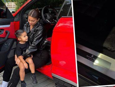 Kylie Jenner vira 'a mãe de Stormi' e grava placa em seu Rolls Royce para homenagear a filha