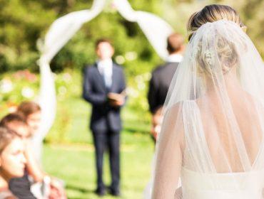Novas regras para casar no Reino Unido: quarentena do vestido de noiva, nada de beijos e abraços, e alianças desinfetadas…
