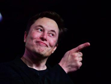 Elon Musk cria short pink de cetim só para provocar investidores e vende a peça por… R$ 368,9 mil! Oi?