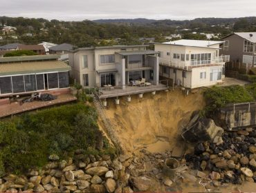 Erosão coloca em risco casas de milionários em região costeira da Austrália, que podem desabar a qualquer momento