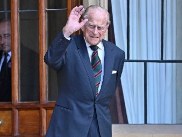 Príncipe Philip 'fura' a quarentena – e a aposentadoria – para transferir título militar para Camilla