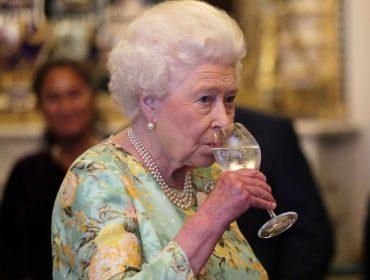 Família real britânica investe em gin preparado com folhas e frutos cultivados no Palácio de Buckingham