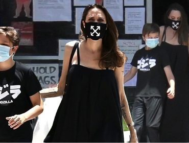 Angelina Jolie é clicada usando máscara de R$ 567 e acessório se esgota em poucas horas