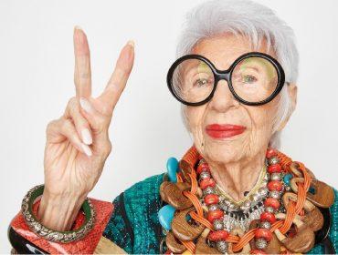 Nos 99 anos de Iris Apfel, relembre 10 dos looks mais caprichados da lendária fashionista