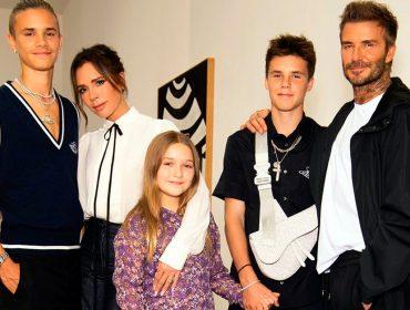 """Victoria Beckham faz desfile familiar na semana de moda de Londres: """"Meus convidados favoritos (e únicos) nesta temporada"""""""