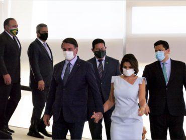 """Em posse de Pazuello, """"desfile"""" de máscaras personalizadas chamou a atenção. Vem ver!"""