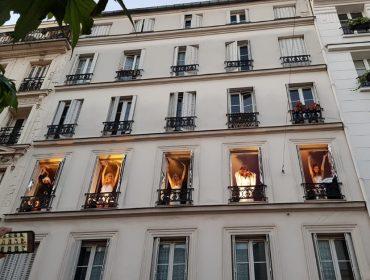 """""""Levez les Yeux"""" é o espetáculo mais inusitado do verão parisiense com shows na janela. Play!"""