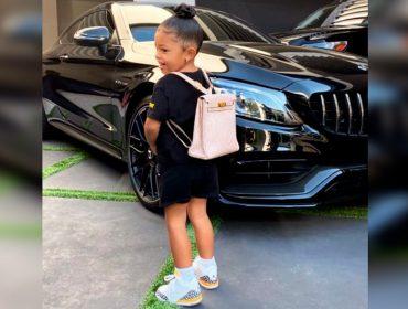 Filha de Kylie Jenner faz sua estreia na vida escolar com mochilinha de R$ 70 mil. Oi?