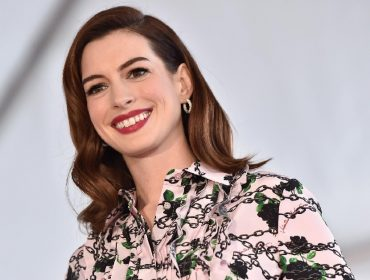 Anne Hathaway 'dribla' as restrições da pandemia e ressurge com look de tapete vermelho no Insta