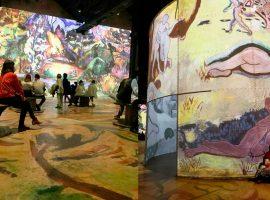 """Um passeio pelo L'Atelier des Lumières, mais uma das locações da série 'Emily in Paris', na mostra """"Monet, Renoir… Chagall, Voyages en Méditerranée"""""""