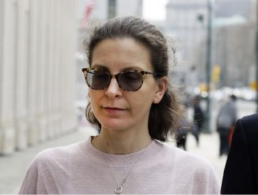 Herdeira da Seagram é condenada a quase sete anos de prisão por envolvimento em escândalo sexual