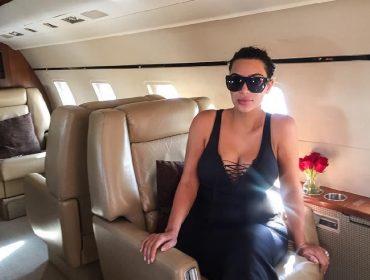Kim Kardashian freta jatinho para driblar restrições e comemorar seus 40 anos com amigos em destino tropical
