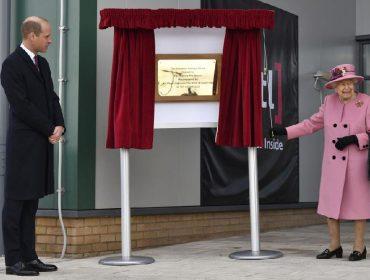 Elizabeth II e William se tornam alvos de críticas depois de irem a evento sem máscara