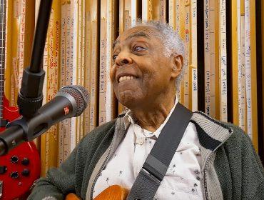 """Gilberto Gil ganha homenagem dentro da série 'Amor e Sorte', com especial no Globoplay: """"Tudo feito em casa, com parcos recursos e limitações do isolamento"""""""
