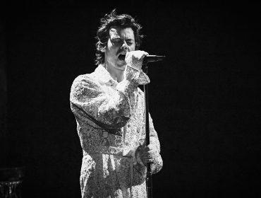 Harry Styles abandona corte de cabelo 'querubim', que virou tendência durante a quarentena. Vem ver!