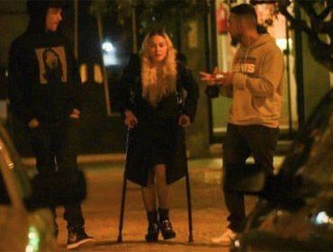 Madonna é flagrada ao lado do namorado, de muletas e sem máscara, jantando em Portugal