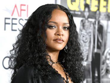 """Após ser acusada de islamofobia, Rihanna pede desculpas em comunicado nas redes sociais: """"um enorme descuido"""""""