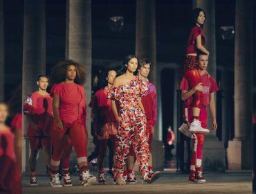 Caos e aglomeração marcam desfile de Isabel Marant no Palais Royal, em Paris. Play para ver!
