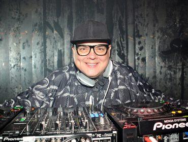 Amigos do DJ Zé Pedro fazem surpresa de aniversário inesquecível. Vem saber o que ele ganhou!