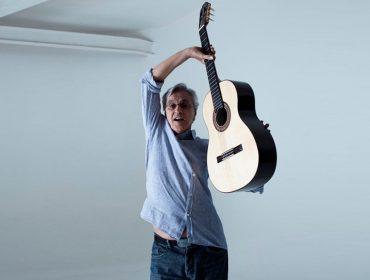Depois de arrasar na live mais esperada do ano, Caetano pede ajuda dos fãs para setlist do show de Natal