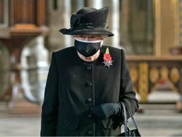 Elizabeth II finalmente sucumbe ao uso de máscara: rainha foi à missa com o 'acessório' no rosto
